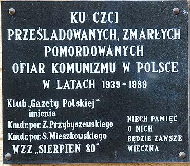 """Tablica """"Ku czci ofiar komunizmu"""""""