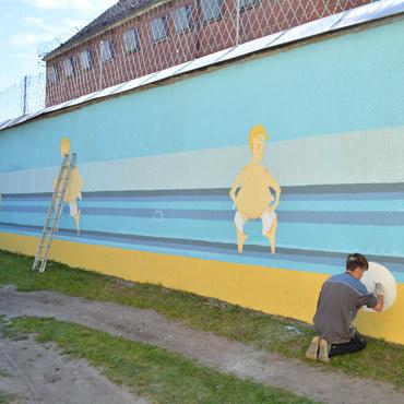 Kolejna część ściany Aresztu Śledczego nabiera barw