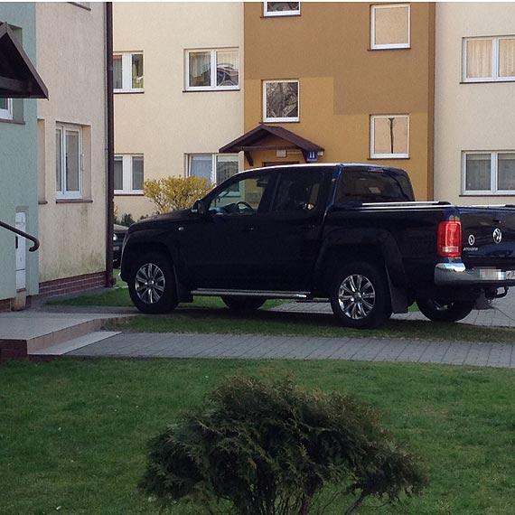 Kolejny prawdziwy mistrz parkowania zaparkował na chodniku