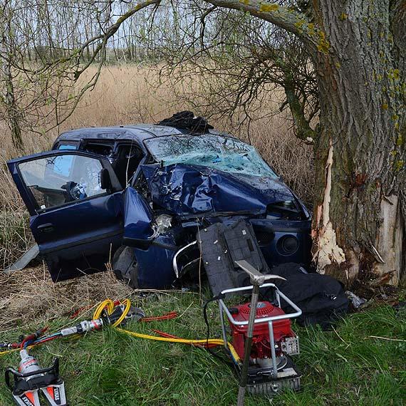 """Groźny wypadek na 1 km przed """"Karsiborami"""". Kierowca hyundaia uderzył w drzewo. Trzy osoby ranne. Zobacz więcej zdjęć!"""