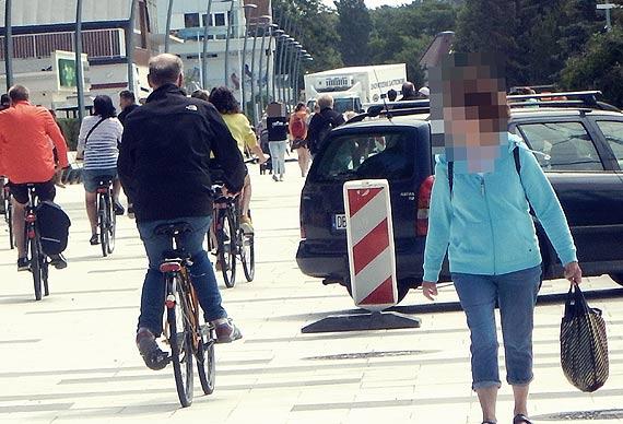 Czytelnik: Promenada pełna  rowerzystów, samochodów i ekip budowlanych