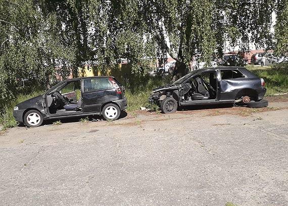 Mieszkaniec: Dwa porzucone samochody szpecą zielony rynek. Czas, by Miasto interweniowało!