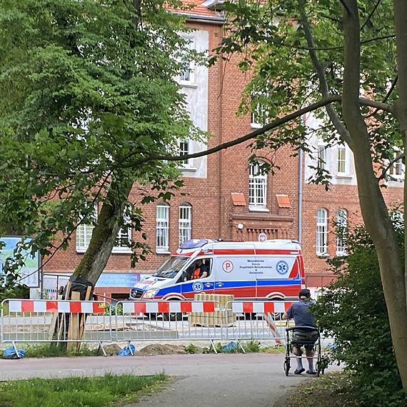Mężczyzna, jadący na rowerze, upadł - został przewieziony do szpitala
