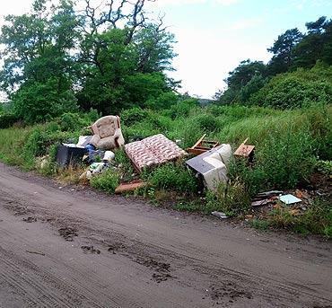 Czytelnik: W lasku przy działkach Kotwica rosną góry śmieci!