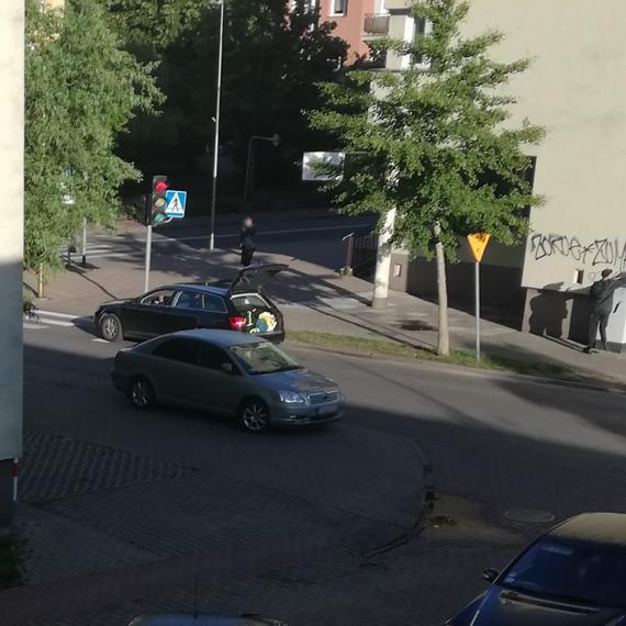 Wandalizm w biały dzień! Mężczyzna z audi na niemieckich numerach zniszczył elewację sklepu
