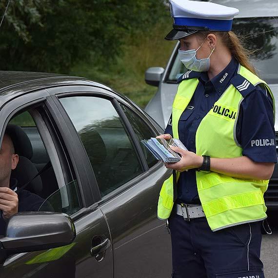 """""""Bezpiecznie nad morze"""". Policjanci ze Świnoujścia przekazali kierowcom alkotesty i broszury informacyjne"""