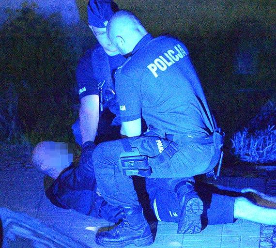 Mężczyzna, który zaczepiał przechodniów i był agresywny, trafił do szpitala