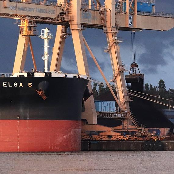 """Policjanci pilnują statku!  """"Elsa S"""" -pod specjalnym nadzorem. Asysta policyjnego patrolu w OT Port-Świnoujście"""
