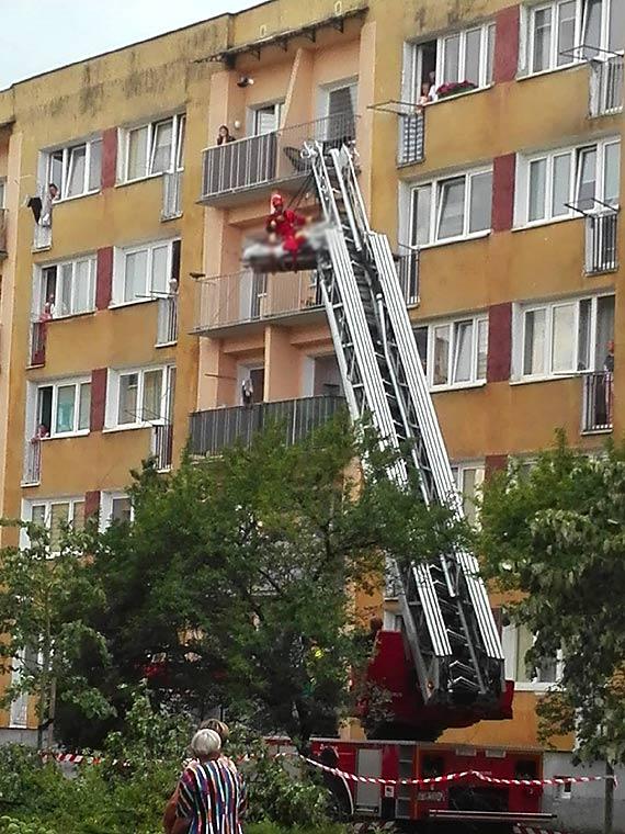 Strażacy i ratownicy przy pomocy drabiny-platformy wydostali z mieszkania mężczyznę