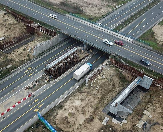 Montaż belek na nowym wiadukcie węzła drogowego Szczecin Kijewo – utrudnienia w ruchu