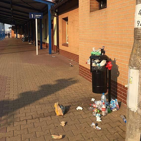 Dworzec PKP wita przyjezdnych widokiem kloszardów i przepełnionych śmietników
