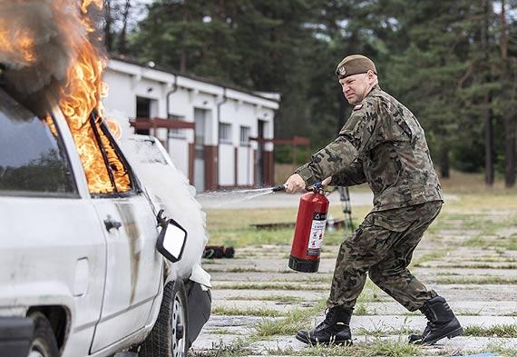 Jak ugasić auto i poruszać się w dymie - terytorialsi na szkoleniu u strażaków