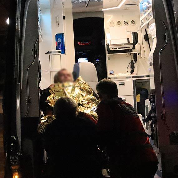 Bezdomny z ranami na nogach został przewieziony do szpitala. Czy uda się uratować mu nogę?