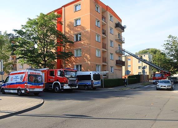 Przewlekle chora kobieta wołała o pomoc - wezwano pogotowie i strażaków