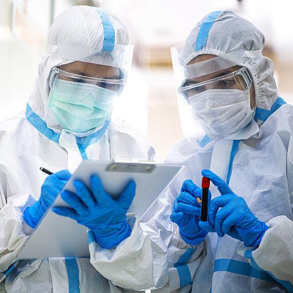 Zakażenia wirusem SARS-CoV-2. Stan na godz: 10:00 zakażona kobieta w średnim wieku w Świnoujściu