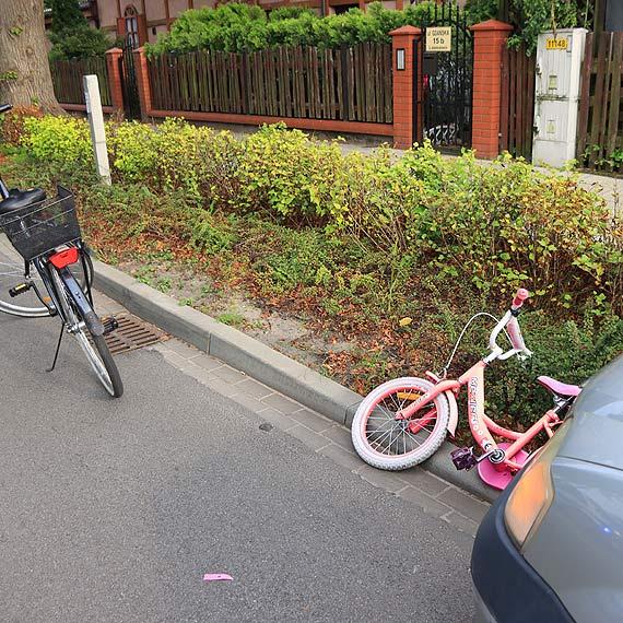 Matka z dzieckiem wtargnęła na jezdnię. Dziecko na rowerze zostało potrącone przez samochód