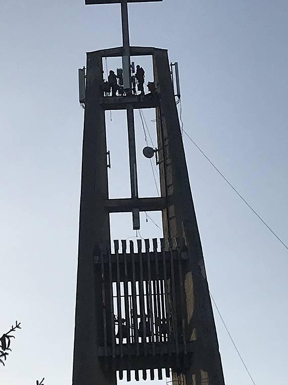 Czytelnik: Na kościelnym krzyżu montują anteny!