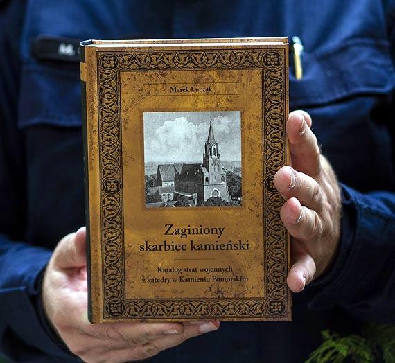 Straty wojenne z katedry kamieńskiej w książce szczecińskiego policjanta
