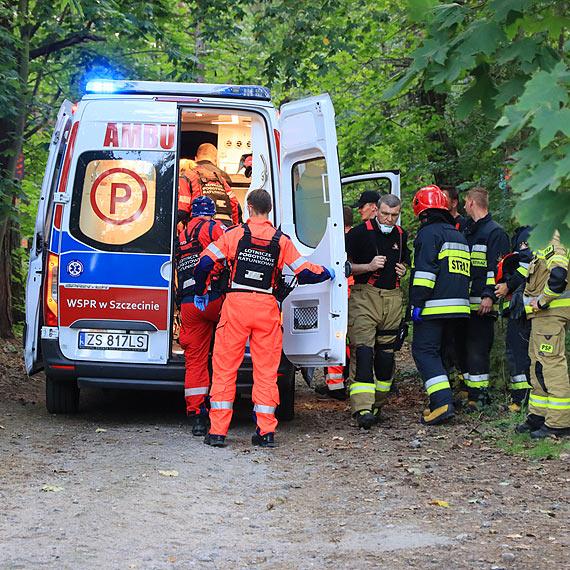 Przypadkowi mieszkańcy uratowali wiszącego na drzewie mężczyznę