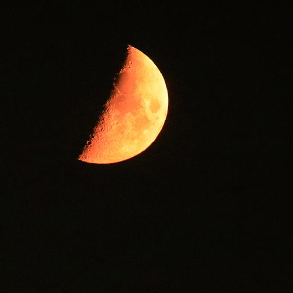 Krwawy księżyc widoczny z czerwonej wyspy. Zobacz film!