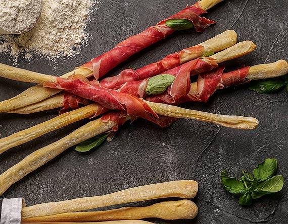 Przepis kulinarny Grissini z szynką dojrzewającą i bazylią