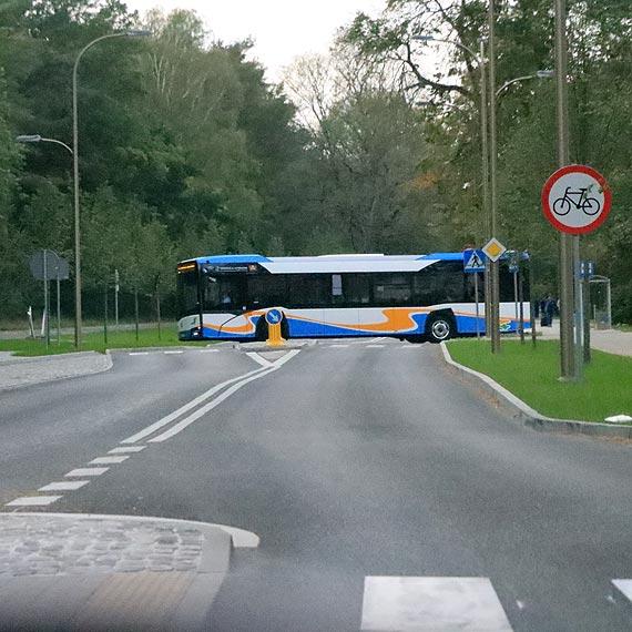 Fatalnie zaprojektowana ulica Wojska Polskiego. Autobusy niszczą krawężnik i własne ogumienie! Zobacz film!