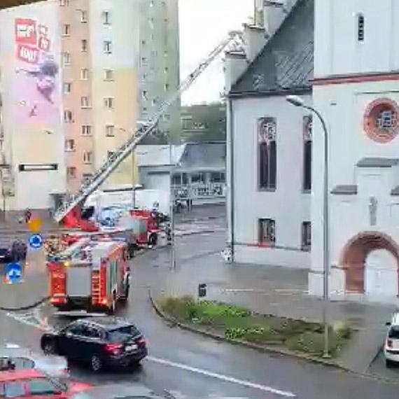 Naderwana blacha postawiła na nogi 2 zastępy strażaków