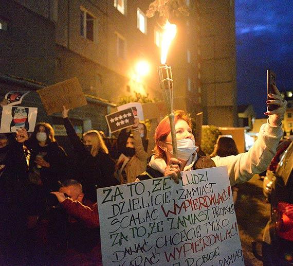 """Młodzież ruszyła w sobotę ulicami Świnoujścia. """"Nie damy się"""" """"Je*** PiS"""" """"Polska jest kobietą!"""" krzyczeli uczestnicy. I na koniec gorące rozmowy z księdzem. Zobacz filmy!"""