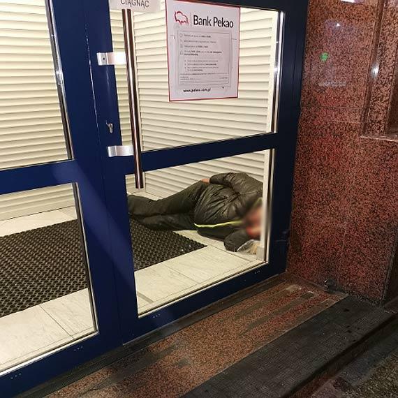 Bezdomni szukają ciepłego noclegu. Śpią już nawet w… bankowych przedsionkach. Co będzie gdy nadejdą mrozy?