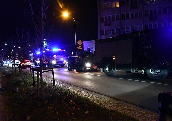 Co za czasy. Nie było wolnej karetki, a 71 - letniego mężczyznę do śmigłowca LPR-u przewieziono prywatnym samochodem w asyście wozów strażackich! Zobacz film!