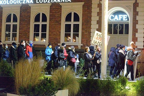 Świnoujski strajk kobiet protestował z hasłem: Macie krew na rękach. Część uczestników została spisana przez policję