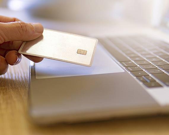 Przedświąteczne zakupy w Internecie. Jak chronić się przed oszustwami w sieci?
