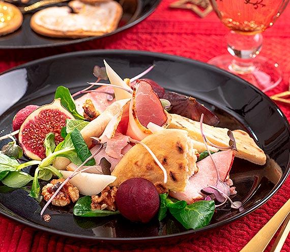 Świąteczna, kolorowa sałatka z szynką, gruszką, roszpunką, orzechami włoskimi i marynowanym burakiem