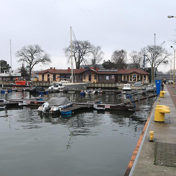 Basen Północy: Część żeglarzy pozostawiła jachty na wodzie. Taki widok mariny w środku zimy to rzadkość