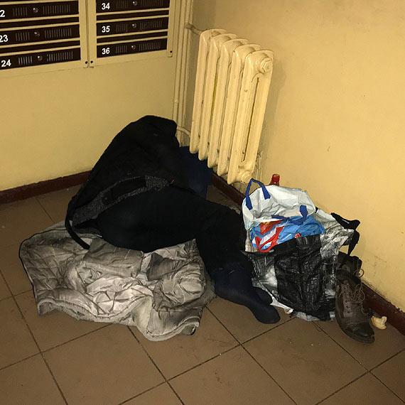 Czytelnik: Eksmitowana z mieszkania kobieta od prawie miesiąca koczuje na klatce schodowej. Czy służby czekają, aż skończy tak jak mężczyzna na ławce pod szpitalem?