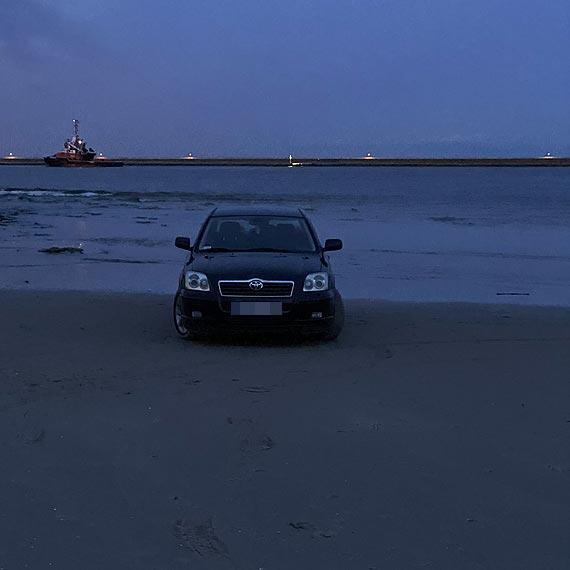 Czytelnik: Wjechał autem na plażę, za nic miał przepisy i spacerowiczów! Zobacz film!