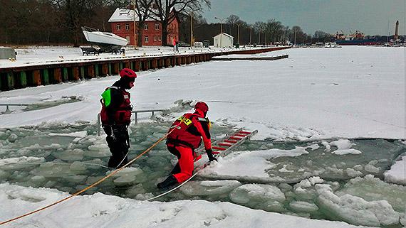 W lutym strażacy ćwiczyli na lodzie