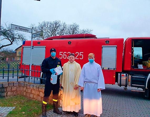 Strażacy rozwozili płyny dezynfekujące i maseczki ochronne do świnoujskich kościołów