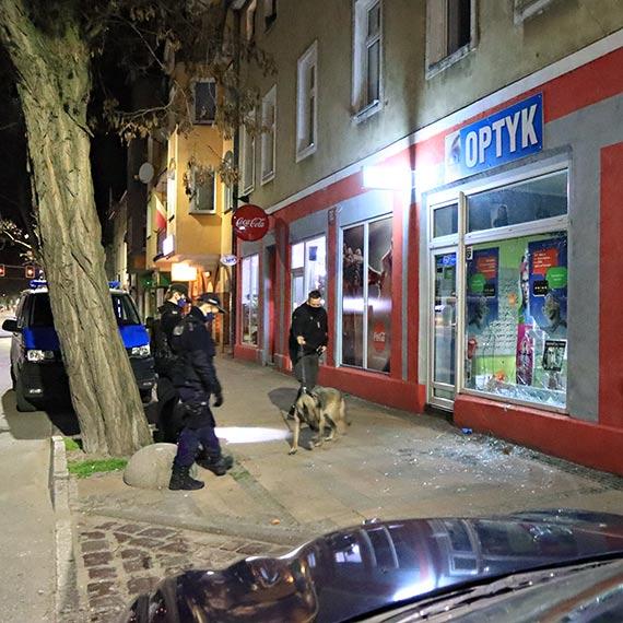Złodzieje wybili szybę wystawową i dokonali kradzieży wprost z ulicy