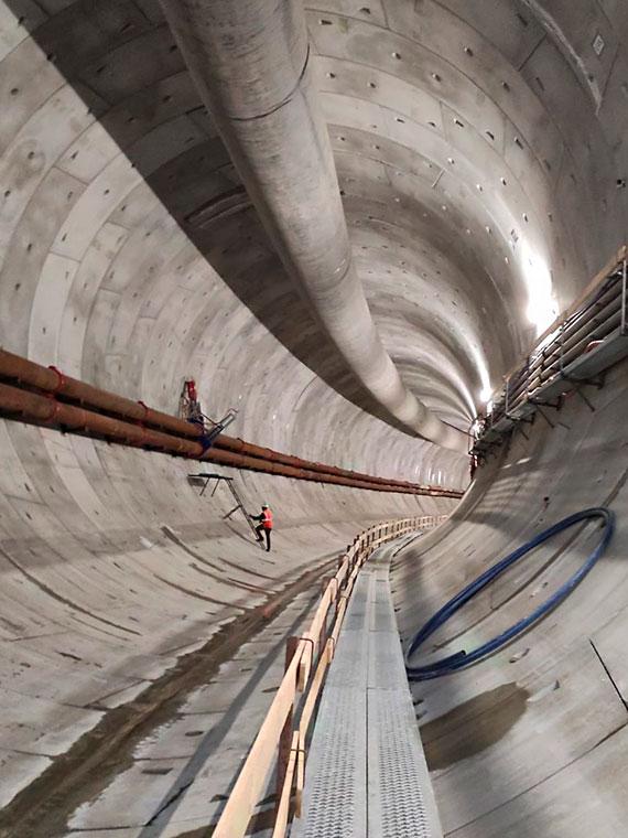 Mimo kilkudniowego przestoju na początku kwietnia. Wyspiarka na szczęście drąży i nie ogląda się za siebie. Mamy już 330 metrów tunelu!