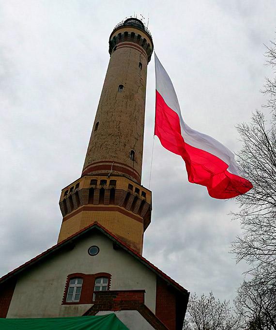 """Biuro Rekordów potwierdziło: """"największa powiewająca flaga narodowa załopotała w Dniu Flagi na szczycie świnoujskiej latarni morskiej!"""""""