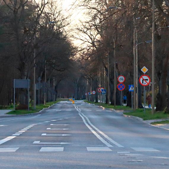"""Czy ulice Świnoujścia muszą mieć """"morski"""" charakter? Nawet zmodernizowane odcinki falują niczym sztormowy Bałtyk"""