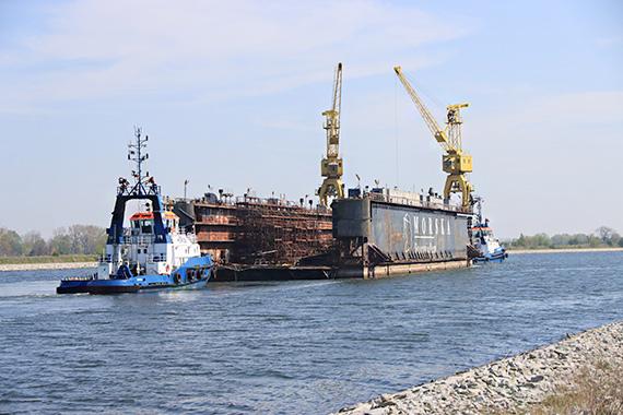 Łza się kręci w oku na ten widok! We wtorek dok świnoujskiej MSR odpłynął do Szczecina. Zobacz film! [2]