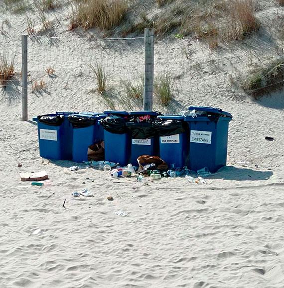 Kubły na plaży kipią od śmieci!