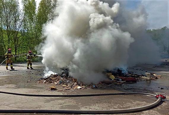 Pożar na terenie stacji przeładunkowej odpadów na Warszowie