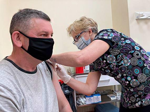 Medycy ze świnoujskiego szpitala podali już 10 tysięcy dawek szczepionek przeciw COVID-19