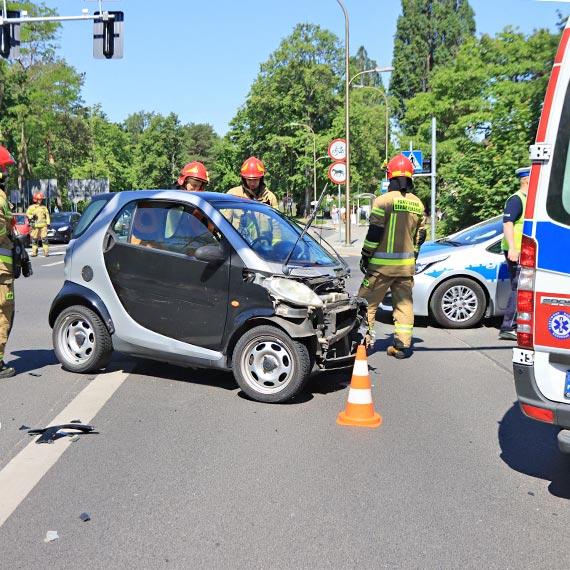 Zderzenie dwóch aut na skrzyżowaniu, smart obrócił się wokół własnej osi! Do ilu wypadków musi dojść, żeby zmieniono sygnalizację świetlną?