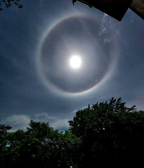 Efekt Halo czyli niezwykłe zjawisko optyczne pojawiło się nad Świnoujściem. W naszych szerokościach geograficznych to niezwykle rzadki widok
