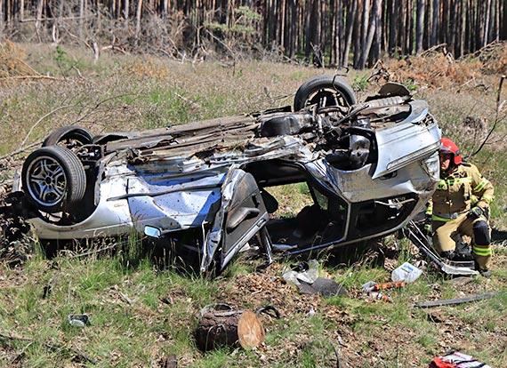 BMW wypadło z drogi. Jedna ofiara śmiertelna. Zobacz film!
