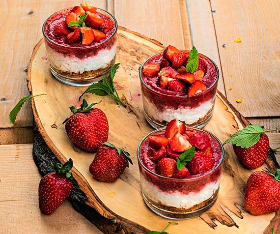 Przepis kulinarny Deser z białego ryżu z truskawkami i ciasteczkami zbożowymi